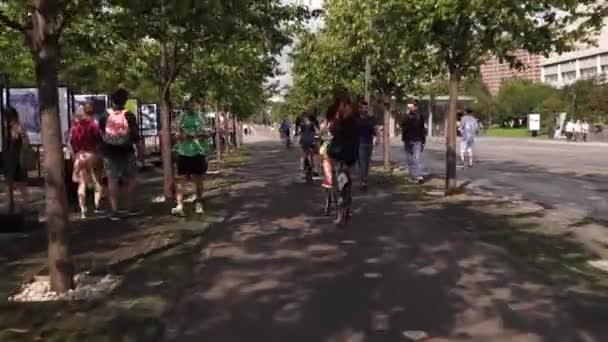 Moskau. Russland. 2019.junge glückliche Menschen, die bei Sonnenuntergang im Park spazieren und Fahrrad fahren. Gruppe fröhlicher Freunde, die im Sommer im Freien picknicken.