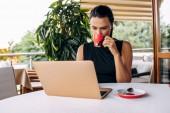 podnikatelka pracující s přenosným počítačem v kavárně, Selektivní ostření