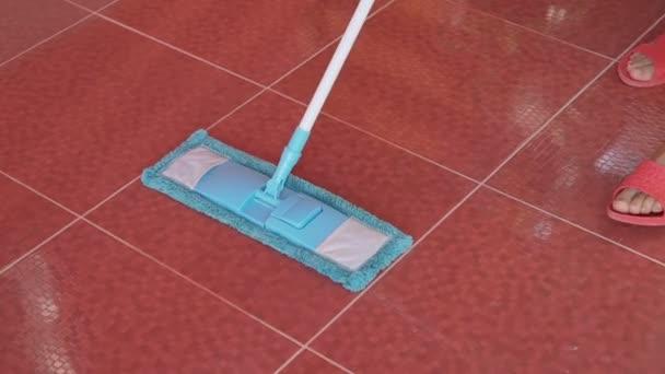 Ženské čištění červené kachlíkové podlaze modré mikrovlákno mop