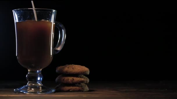 Nalévá mléko do sklenice studené pivo kávy na tmavém pozadí
