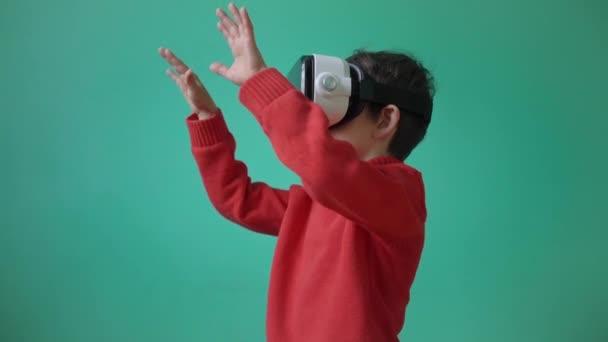 Kleines Kind mit Virtual-Reality-Brille