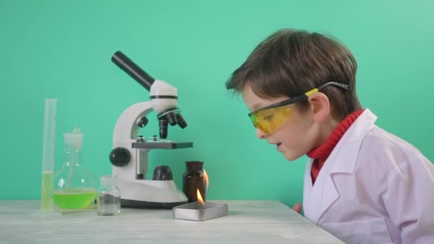 Piccolo ragazzo fare esperimento chimico con il fuoco