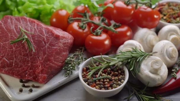 rohes Rindfleisch mit Gewürzen und Rosmarin. frische Zutaten für gesunde Küche