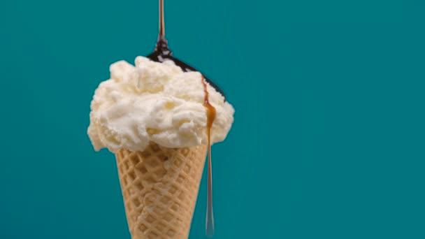 Vanilková zmrzlina v kužele s čokoládovou omáčkou