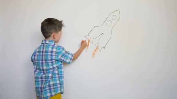 kis gyermek rajz thr rakéta a fehér falon