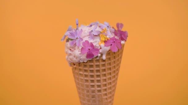 Kirschkugel in Waffelkegel mit Frühlingsblumen, Vanille-Stil
