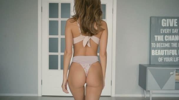 Sexy mladá dívka s dokonalým tělem jde ke dveřím