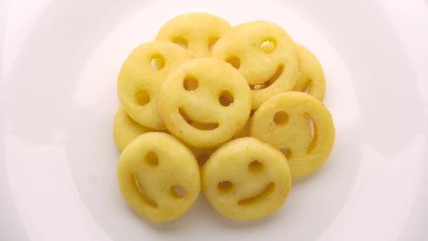 Smiley tvář hranolky na bílém talíři