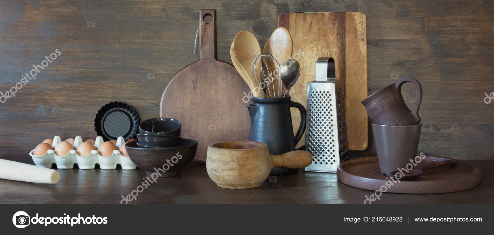 Stoviglie, clayware, scuri utensili e altre cose diverse sul ...