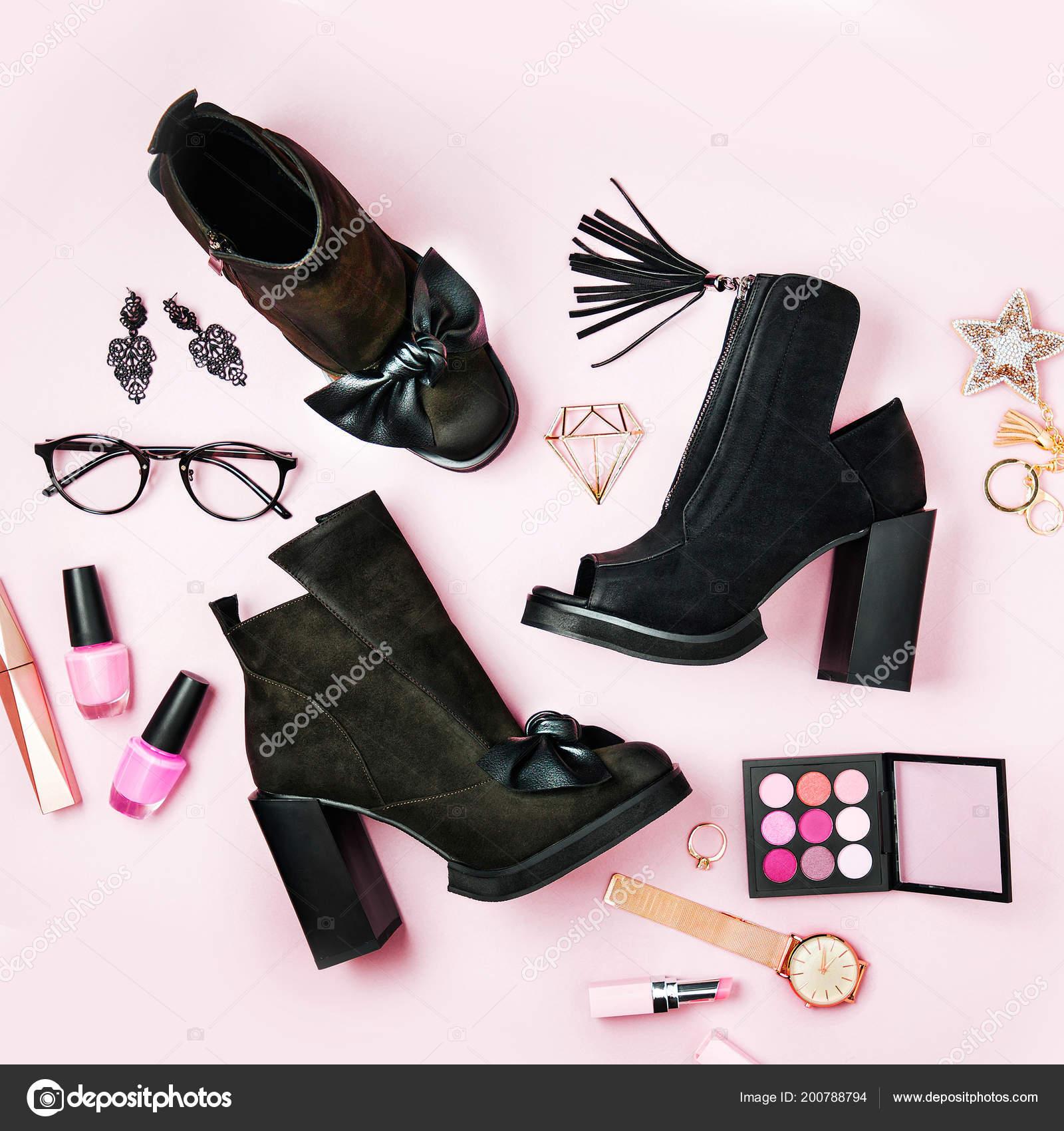 614f5c2487c Elegante mujer negro botines con accesorio sobre fondo rosa pálido. Vista  plana endecha