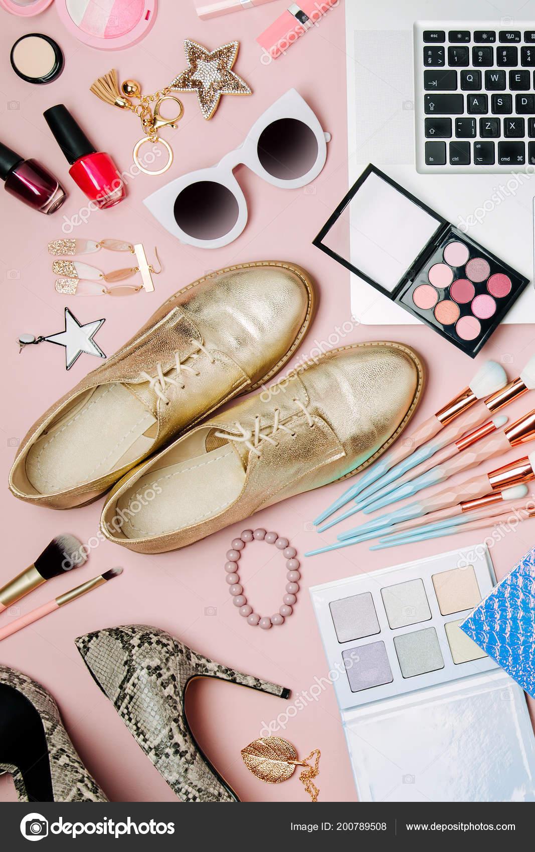 814fceb7d23 Espacio de trabajo de blogger moda con productos cosméticos accesorios