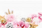 konfety, jednorožec hraček a dekorací na bílém pozadí