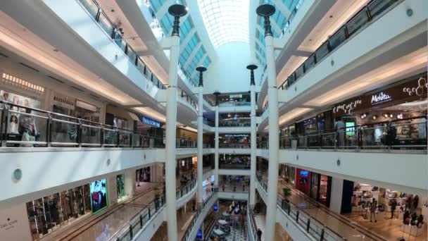 Kuala Lumpur, Malajzia-január 2016: híres Petronas tornyok Suria KLCC bevásárlóközpont gyaloglás a CIRCA január 2016 Kuala Lumpur, Malajzia.