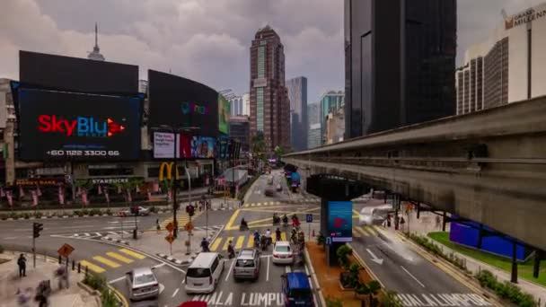 Tag Zeit Kuala Lumpur Stadtzentrum Verkehr Straße Kreuzung U-Bahn-Linie panorama 4k Zeitraffer Malaysia