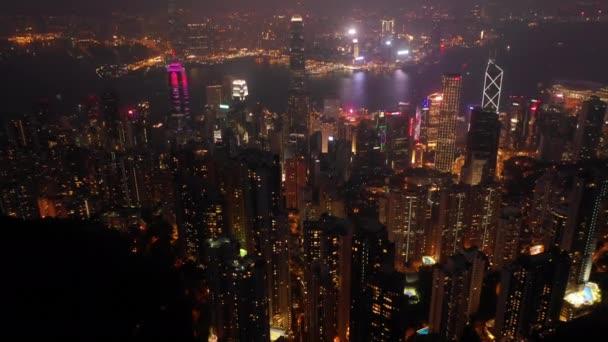 noční osvětlená hong kong panoráma města victoria peak letecké panorama 4k