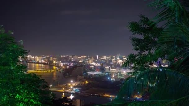 Sanya, Kína - október 1 2018: éjszaka kivilágított sanya city folyó gyaloglás bay panoráma 4k timelapse kb október 1 2018 hainan sziget Kína.