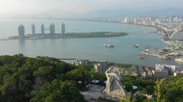 Sanya, Kína-szeptember 30 2018: Hainan sziget híres Sanya Phoenix Hotel légi panoráma 4k körül szeptember 30 2018 Sanya Hainan Kína.
