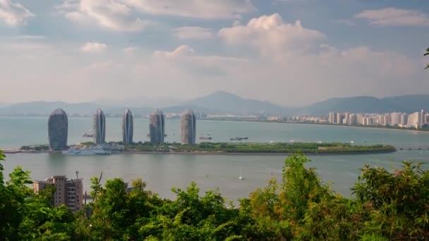 Sanya, Kína-szeptember 30 2018: Hainan sziget híres Sanya Phoenix Hotel légi panoráma 4k TimeLapse kb szeptember 30 2018 Sanya Hainan Kína.
