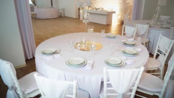 kulatý stůl, v popředí je kulatý stůl, pokrytý ubrus a servírujeme s talíře a sklenice. Chiavari židle od babičky, novomanželé prezidium je vidět v pozadí