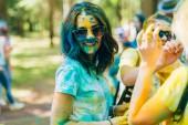 Vichuga, Rusko - 17 červen 2018: Festival barev Holi. Portrét mladé dívky, šťastný