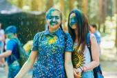 Vichuga, Rusko - 17 červen 2018: Festival barev Holi. Šťastné holky