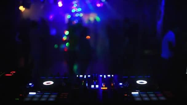 hudební regulátor DJ mixer v nočním klubu na párty