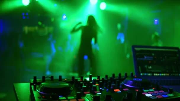 DJ vezérlő keverő szórakozóhely-val életlen sziluettje táncoló lány énekes