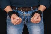 mužské ruce v kožených poutech pro BDSM sex
