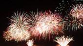 homályos, többszínű tűzijáték-felvillanások