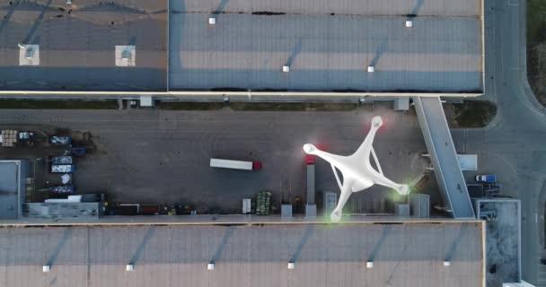 Antény. Koncept video. Pohled ze dvou delyvery trubci přistání na třídění centrum shora. Červené auto čeká načítání při třídění centrum.