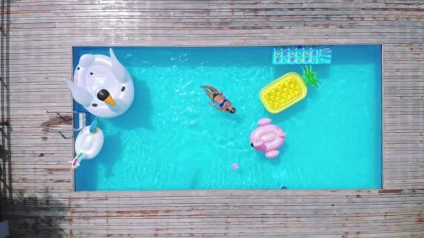 Zeit zum entspannen. Draufsicht der attraktive junge Frau im Bikini entspannen im Pool im Dschungel Ansicht Luxusvilla