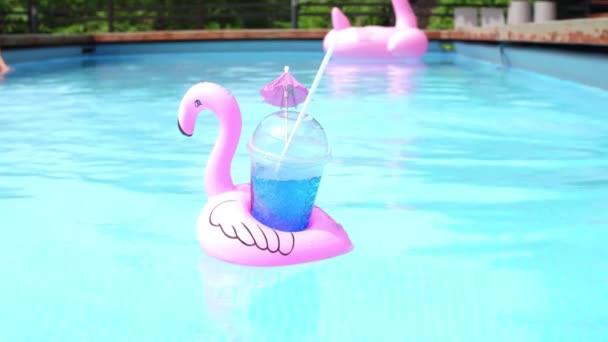 Kék koktélt a medence.