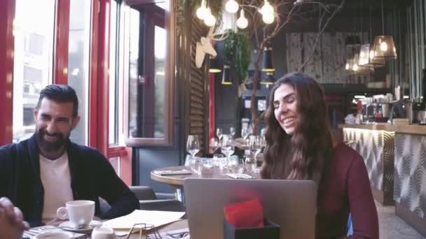 Skupina mladých podnikatelů shromáždili diskuse o kreativní nápad na Cafe. Po spuštění koncept spolupracovníky Meeting.Brainstorming pracovní proces Office.Using moderní elektronika Gadgets.