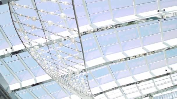 Bílé pozadí abstraktní. Pohled na windows a moderní koncepční high-tech budova