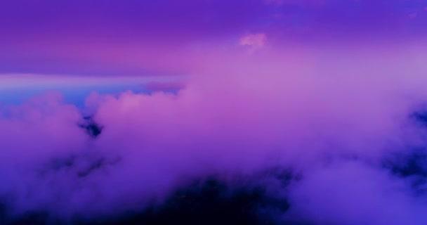 Óvatosan Pink lila napnyugta a repülőtér fölött. Pasztell színek, kék, sárga és rózsaszín felhők. Lila hangok.