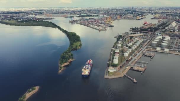 Légi. Konténerszállító hajó import export és üzleti logisztika.