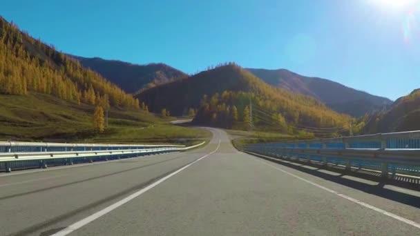 Během dne na podzim se sem jede po tiché venkovské dálnici. Chuyský trakt, Sibiř, Rusko.