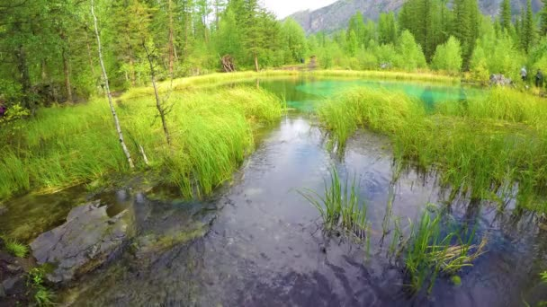 modrý gejzír v pohoří Altay. Sibiř. Rusko.
