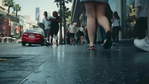Časová prodleva od lidí, kteří jdou v Hollywood Blvd. v Los Angeles, Kalifornie