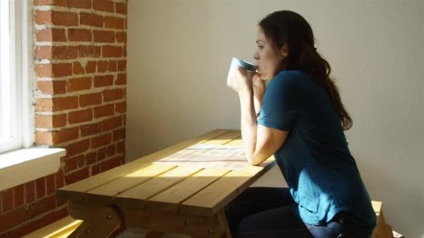 Zpomalený záběr ženy doma těší šálek kávy po ránu
