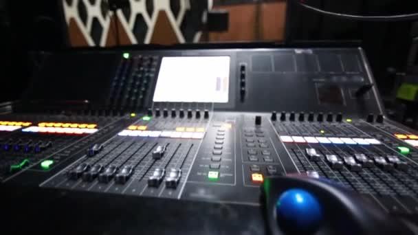 Primo piano fresco della console di monitor e microfono sul palco prima di un concerto