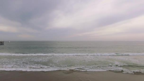 Nízké letecký pohled na oceán a molu na pláži
