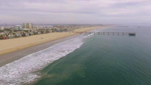 Krásný antény přes pláž a molo v Venice Beach, Kalifornie