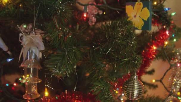 Close-up shot poboček vánoční strom s ozdobami a světla