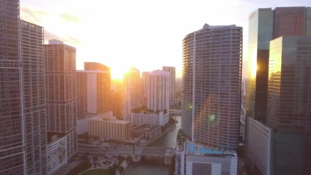 Grande ripresa aerea di edifici nel centro e brickell di miami al tramonto