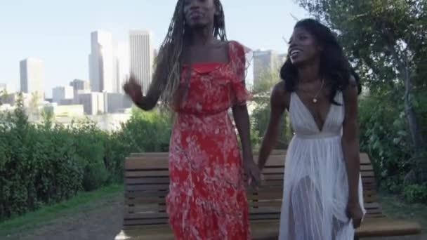 Rallentatore Camminare Una Panca Con Downtown Los Angeles Sullo