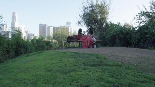Lassú mozgás két fekete nő ül a Los Angeles belvárosában, a hátsó
