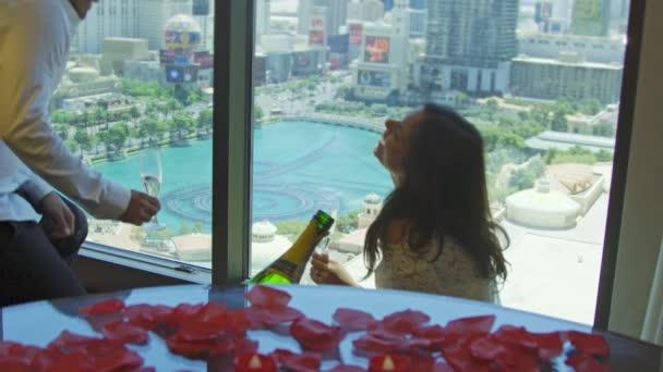 Braut und Bräutigam küssen und stoßen mit Blick auf Las Vegas an