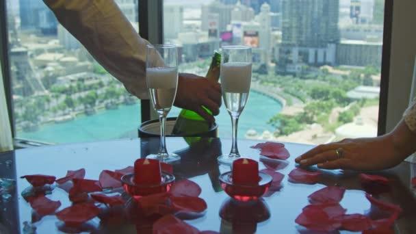 Zeitlupe der Hände von Braut und Bräutigam beim Anstoßen mit Champagner