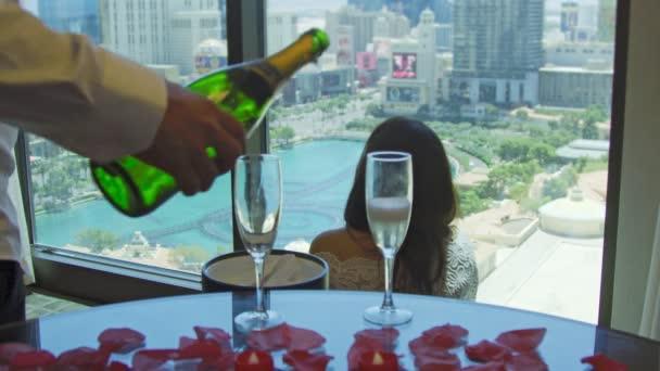 Bräutigam gießt Champagner auf Gläser und nimmt zu Braut